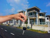 Agent nieruchomości daje domu kluczowi Zdjęcia Stock