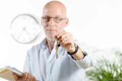 Agent nieruchomości daje kluczom Obraz Royalty Free