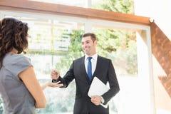 Agent nieruchomości daje kluczom Fotografia Stock