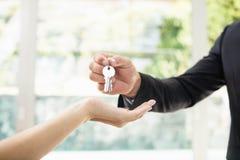 Agent nieruchomości daje kluczom Zdjęcie Stock