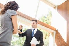 Agent nieruchomości daje kluczom Zdjęcia Stock