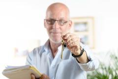 Agent nieruchomości daje kluczom dom Obrazy Stock