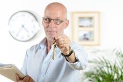 Agent nieruchomości daje kluczom dom Zdjęcia Royalty Free