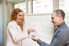 Agent nieruchomości daje kluczom klient Obraz Stock