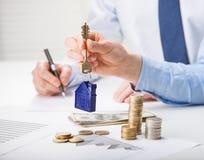 Agent nieruchomości daje kluczom klient Zdjęcie Royalty Free