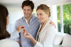 Agent nieruchomości daje kluczowi nowy mieszkanie para Obrazy Royalty Free