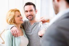 Agent nieruchomości dostarcza klucze nowy dom potomstwo para Obrazy Stock