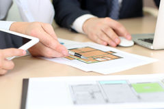 Agent nieruchomości dyskutuje domu plany z biznesmenem Zdjęcia Stock