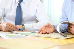 Agent nieruchomości dyskutuje domu plany z biznesmenem Obraz Royalty Free