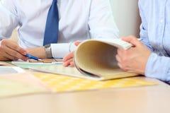 Agent nieruchomości dyskutuje domu plany z biznesmenem Obrazy Royalty Free