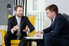 Agent nieruchomości dyskutuje z projektami i domu modelem Fotografia Royalty Free