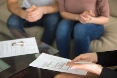 Agent nieruchomości pokazuje mieszkanie plan para nabywcy Zdjęcie Royalty Free