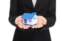Agent nieruchomości pokazuje nowego dom w mini rozmiarze Obrazy Royalty Free