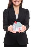 Agent nieruchomości pokazuje nowego dom w mini rozmiarze Zdjęcia Royalty Free