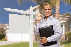 Agent Nieruchomości przed puste miejsce domem i znakiem Fotografia Royalty Free