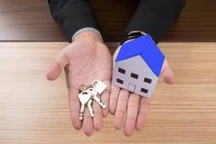 Agent nieruchomości z domów kluczami i modelem Obrazy Stock