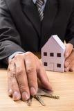 Agent nieruchomości z domów kluczami i modelem Obraz Stock