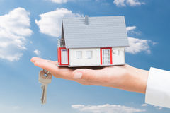 Agent nieruchomości z domów kluczami i modelem Zdjęcie Stock