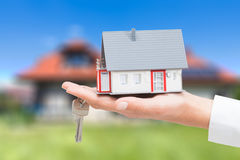 Agent nieruchomości z domów kluczami i modelem Fotografia Royalty Free