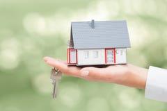 Agent nieruchomości z domów kluczami i modelem Zdjęcie Royalty Free