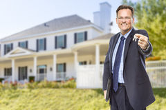 Agent Nieruchomości z domów kluczami przed domem Zdjęcie Royalty Free