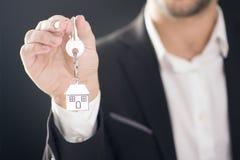 Agent nieruchomości z domowymi kluczami Fotografia Royalty Free