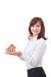 Agent nieruchomości z domu modelem Zdjęcia Royalty Free