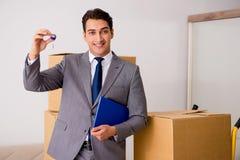 Agent nieruchomości z kluczem od nowego domu Fotografia Stock