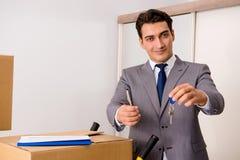 Agent nieruchomości z kluczem od nowego domu Obrazy Stock