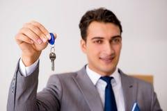 Agent nieruchomości z kluczem od nowego domu Obrazy Royalty Free