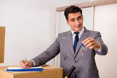 Agent nieruchomości z kluczem od nowego domu Zdjęcie Stock