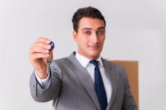 Agent nieruchomości z kluczem od nowego domu Obraz Stock
