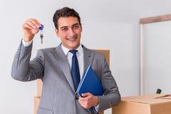 Agent nieruchomości z kluczem od nowego domu Fotografia Royalty Free
