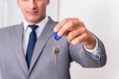 Agent nieruchomości z kluczem od nowego domu Zdjęcia Royalty Free