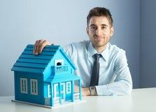 Agent nieruchomości z modela domem Obraz Royalty Free