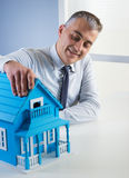 Agent nieruchomości z modela domem Obraz Stock
