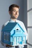 Agent nieruchomości z modela domem Zdjęcia Royalty Free