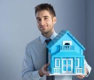 Agent nieruchomości z modela domem Obrazy Royalty Free