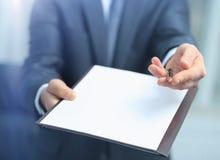 Agent oferty podpisywać nowego kontrakt Zdjęcie Royalty Free
