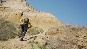 Agent opleiding in de bergen stock footage