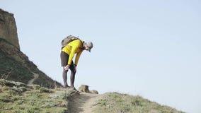 Agent opleiding in de bergen stock videobeelden