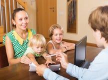 Agent parlant avec la mère et les enfants Photographie stock