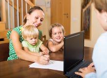 Agent parlant avec la mère et les enfants Photo stock