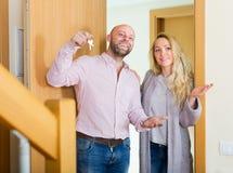 Agent pokazuje kobiety mieszkanie Obrazy Royalty Free