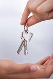 Agent ręka daje nowym domowym kluczom kobieta Zdjęcie Royalty Free
