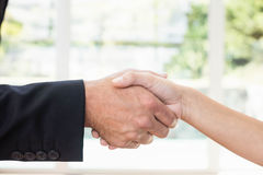 Agenta nieruchomości chwiania ręki z klientem Zdjęcia Royalty Free