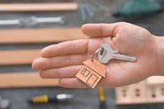 Agenta nieruchomości mienia klucz z błyskotką Zdjęcie Royalty Free