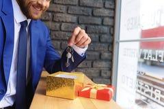Agenta nieruchomości obsiadanie w małym rocznika sklepie Zdjęcie Royalty Free