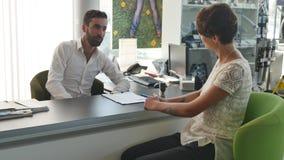 Agenta nieruchomości podpisywania kontrakt z żeńskim klientem Zdjęcia Stock