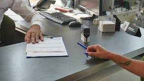 Agenta nieruchomości podpisywania kontrakt z żeńskim klientem Zdjęcie Royalty Free